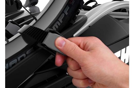 Enkelt att fästa hjulen tack vare långa spännband med pumpspännen