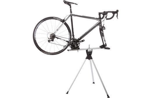 Integrerad cykelhållare och monteringsställ som gör det enkelt att montera och demontera cykeln